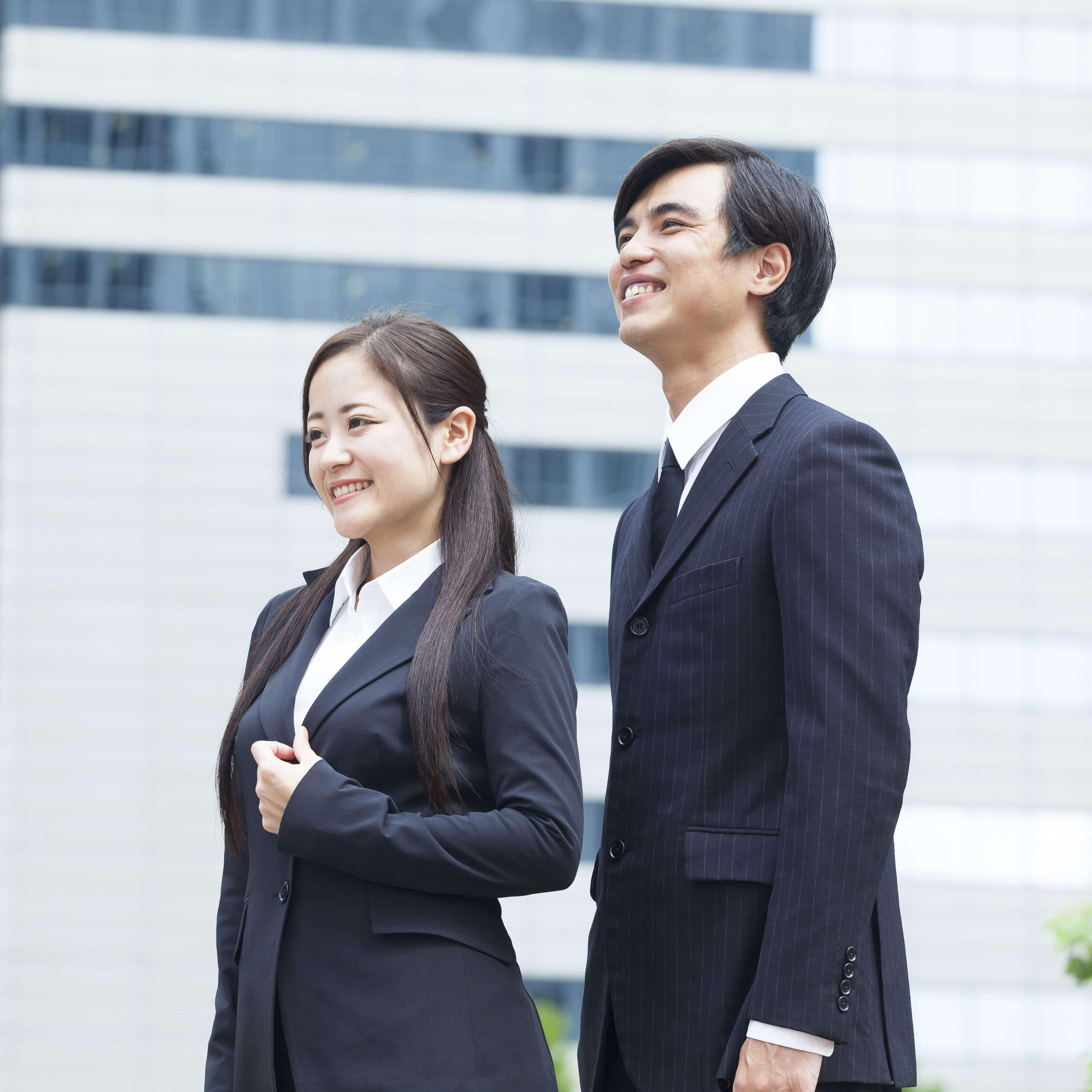 若い会社員の男女